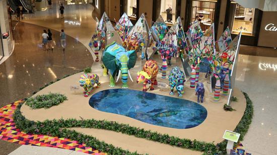 今年盛夏,上海ifc商场以夏日至尊动物王国为美陈主题,首次展出色彩斑斓的立体3D动物雕塑。邀请全城市民及旅客开启一场热情活力的动物王国盛夏猎奇之旅。此次展览具体情况领略广告为大家分享如下:  此次夏日至尊动物王国为主题美陈展览首次加入地面视频影像装置,令顾客仿佛置身真实的动物世界。  据领略广告了解,上海ifc商场倾力打造以动物禽鸟为主题的夏日至尊动物王国雕塑艺术美陈展览,在商场一楼中庭呈现色彩涌动、孕育无限生机的动物世界,精心打造丛林万花筒区,动感火烈鸟乐园和五彩斑马园三个特色景点